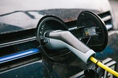 Berlin, le 1er octobre 2017 : La voiture électrique est chargée à un endroit spécial pour les véhicules électriques de remplissag Photo libre de droits