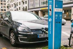 Berlin, le 1er octobre 2017 : La voiture électrique est chargée à un endroit spécial pour les véhicules électriques de remplissag Image stock