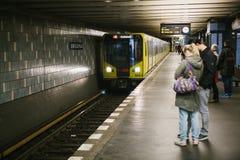 Berlin, le 1er octobre 2017 : Berlin Underground Les gens se tiennent sur la plate-forme et attendent le train Photographie stock libre de droits