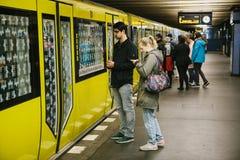 Berlin, le 1er octobre 2017 : Berlin Underground Les gens se tiennent sur la plate-forme et attendent le train Photographie stock
