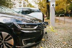 Berlin, le 2 octobre 2017 : Des voitures électriques sont chargées à un endroit spécial pour les véhicules électriques de remplis Images stock