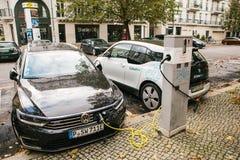Berlin, le 2 octobre 2017 : Des voitures électriques sont chargées à un endroit spécial pour les véhicules électriques de remplis Photos stock