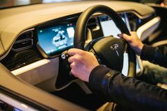 Berlin, le 2 octobre 2017 : Intérieur d'un model X de Tesla de voiture électrique Le conducteur conduit une voiture Image stock