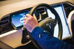 Berlin, le 2 octobre 2017 : Intérieur d'un model X de Tesla de voiture électrique Le conducteur conduit une voiture Image libre de droits