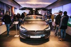 Berlin, le 2 octobre 2017 : Présentation d'un model X de Tesla de véhicule électrique au Salon de l'Automobile de Tesla à Berlin Images libres de droits