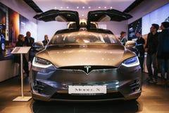 Berlin, le 2 octobre 2017 : Présentation d'un model X de Tesla de véhicule électrique au Salon de l'Automobile de Tesla à Berlin Image libre de droits
