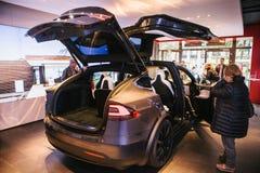Berlin, le 2 octobre 2017 : Présentation d'un model X de Tesla de véhicule électrique au Salon de l'Automobile de Tesla à Berlin Photos libres de droits