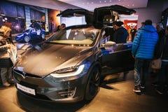 Berlin, le 2 octobre 2017 : Présentation d'un model X de Tesla de véhicule électrique au Salon de l'Automobile de Tesla à Berlin Photographie stock libre de droits