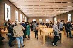 Berlin, le 2 octobre 2017 : présentation de l'iPhone 8 et iPhone 8 plus et ventes de nouveaux produits d'Apple dans le fonctionna Photos stock