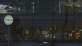 Berlin Main Station Facade At-Zonsondergang in de Zomer stock video