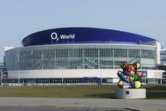 BERLIN - MARS 16: Yttre sikt av arenan för värld O2 på mars 16, 2015 i Berlin Arkivbild