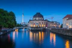 Berlin Museum Island con la torre nella penombra, Berlino, Germania della TV fotografia stock