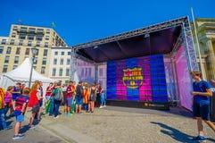 BERLIN NIEMCY, CZERWIEC, - 06, 2015: Barcelona drużyny fan waitting na Brandenburger bramie dla świętowania Hiszpania, Berlin byl Zdjęcie Stock