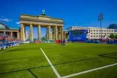 BERLIN NIEMCY, CZERWIEC, - 06, 2015: Barcelona drużyny fan waitting na Brandenburger bramie dla świętowania Hiszpania, Berlin byl Obraz Stock