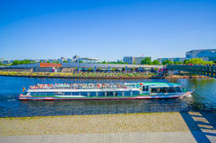 BERLIN NIEMCY, CZERWIEC, - 06, 2015: Charlottenburg łódkowaty żeglowanie na Berlińskiej rzece za ludźmi enjoyng lata, lubi a Fotografia Stock