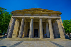 BERLIN NIEMCY, CZERWIEC, - 06, 2015: Czołowa fasada muzeum, matka i syn Neue Wache, umierał inside Zabytek dla wojny Obraz Stock