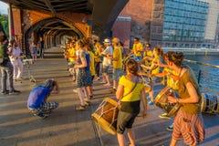 BERLIN NIEMCY, CZERWIEC, - 06, 2015: Ludzie zatrzymują przy Oberbaumbrucke w Berlin widzieć muzyków i tana z one Zdjęcia Royalty Free