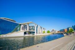 BERLIN NIEMCY, CZERWIEC, - 06, 2015: Wielki widok w słonecznym dniu jeden emblematyczne budowy w Berlin i rzeka Fotografia Stock
