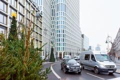 Berlin Niemcy, Grudzień, - 11, 2017: Droga z samochodami i choinką w zimie Berlin, Niemcy Adwentowa Uczciwa dekoracja i obraz royalty free