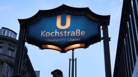 BERLIN NIEMCY, JAN, - 17th, 2015: Kochstrasse U-Bahn staci znak przy sławnym Checkpoint Charlie, stacja metru Zdjęcia Stock