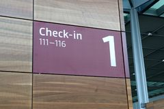 BERLIN NIEMCY, JAN, - 17th, 2015: Wśrodku Berlińskich Brandenburg Lotniskowych BER, wciąż w budowie, pusty terminal, zdjęcie royalty free