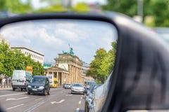 BERLIN NIEMCY, LIPIEC, - 24, 2016: Miasto ruch drogowy jak widzieć od samochodu si Obrazy Royalty Free