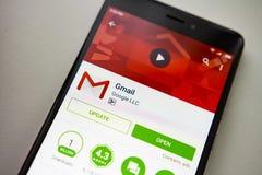 Berlin Niemcy, Listopad, - 19, 2017: Gmail zastosowanie na parawanowym nowożytnym smartphone w sztuka sklepie Google apps obrazy stock