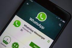 Berlin Niemcy, Listopad, - 19, 2017: WhatsApp zastosowanie na ekranie nowożytny smartphone zakończenie Obrazy Stock