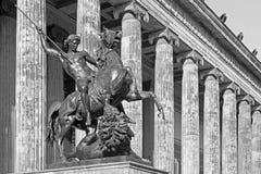 BERLIN, NIEMCY, LUTY - 13, 2017: Dom, kolumny Altes muzeum i brązowa rzeźba Lowenkampfer, zdjęcie stock