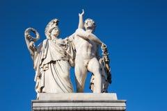 BERLIN, NIEMCY, LUTY - 13, 2017: Rzeźba na Schlossbruecke - Athena prowadzi młodego wojownika w walkę Zdjęcie Stock