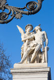 BERLIN, NIEMCY, LUTY - 13, 2017: Statua Nike pomaga rannego wojownika na pałac moscie Schlossbruecke Obrazy Royalty Free