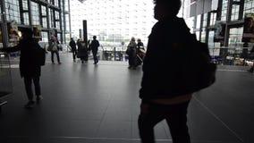 Berlin, Niemcy, 08 2019 Maj: Czasu upływ pasażery przy dworcem Grupa ludzi z ich bagażu odprowadzeniem na ruchliwie airpor zbiory wideo