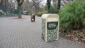 BERLIN NIEMCY, NOV, - 23, 2018: Śmieciarski kosz lub Plastikowy zbiornik blisko spaceru sposobu w Berlińskim zoologicznym ogródzi zdjęcie wideo