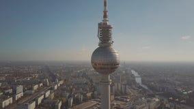 BERLIN NIEMCY, PAŹDZIERNIK, - 21, 2018 Widok z lotu ptaka sławny Berlińczyk wierza i bomblowanie rzeka Fernsehturm lub telewizji zdjęcie royalty free