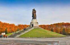 BERLIN NIEMCY, PAŹDZIERNIK, - 02, 2016: Zabytek Radziecki żołnierza mienie przy ręki Niemieckim dzieckiem przy Radzieckim Wojenny Obraz Royalty Free