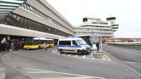 BERLIN, NIEMCY - 28 2015 STYCZEŃ: Żółty transportu publicznego autobus przyjeżdża z pasażerami przy Tegel lotniskiem, Niemcy zbiory