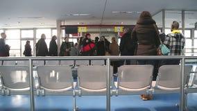 BERLIN, NIEMCY - 28 2015 STYCZEŃ: Pasażery przy lotniskowym abordażu holem zbiory wideo