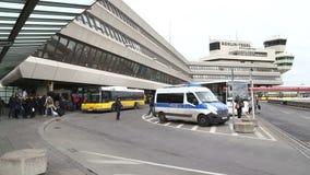 BERLIN, NIEMCY - 28 2015 STYCZEŃ: Widok jawny autobusu transport, furgonetka policyjna i grupa ludzi przed Tegel lotniskiem, zdjęcie wideo
