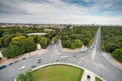 BERLIN NIEMCY, WRZESIEŃ, - 25, 2012: Szeroki kąta widok od zwycięstwo kolumny w Berlin, Niemcy Park i ulicy w tle Obraz Royalty Free