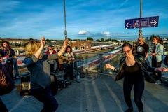 Berlin Niemcy, Wrzesień, - 21, 2015: uliczny muzyk przy railroaa stacją Fotografia Royalty Free