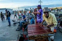 Berlin Niemcy, Wrzesień, - 21, 2015: uliczny muzyk przy railroaa stacją Zdjęcia Stock