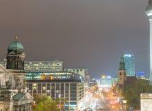 BERLIN - NOVEMBER 16, 2013: Flyg- sikt för stad på natten Berlin på Royaltyfri Bild