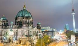 BERLIN - NOVEMBER 16, 2013: Flyg- sikt för stad på natten Berlin på Royaltyfria Bilder