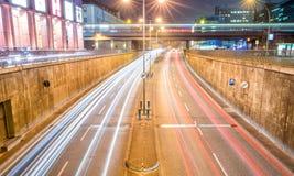 BERLIN - NOVEMBER 16, 2013: Stadstrafik på natten Berlin attrac Royaltyfri Bild