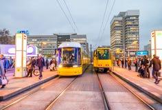 BERLIN - 15. NOVEMBER 2013: Tram bewegt sich in Stadtstraßen Öffentlichkeit t Stockfotos