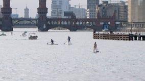Berlin Oberbaum Bridge River Impression en été clips vidéos