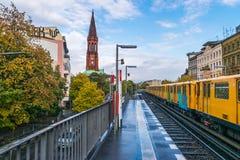 BERLIN - 19 OCTOBRE 2016 : La métro arrive chez Gorlitzer Bahnhof Photos stock