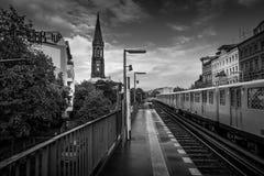 BERLIN - 19 OCTOBRE 2016 : La métro arrive chez Gorlitzer Bahnhof Image stock