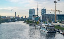 BERLIN - 19 OCTOBRE 2016 : Une vue à la rivière de fête et Berlin TV dominent Photos libres de droits