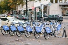 Berlin Oktober 2, 2017: Cykelhyra Numret av cyklar står på cykelparkeringen i Berlin mot bakgrunden av Fotografering för Bildbyråer